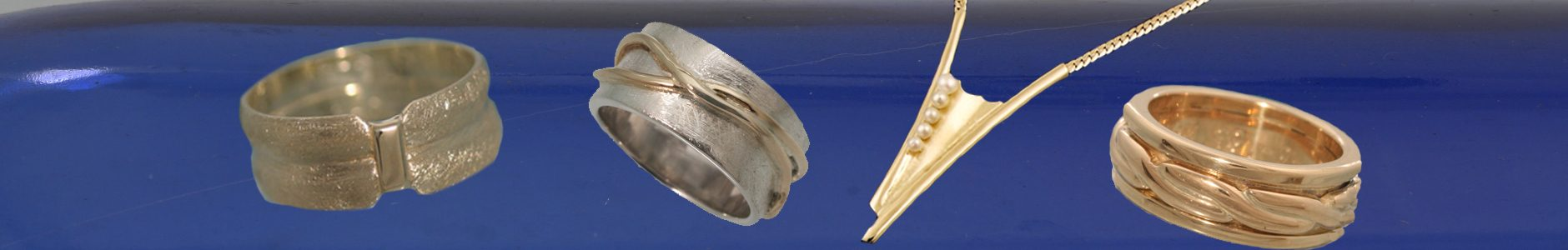 Last Touch. Een ring gemaakt van twee trouwringen, twee levens overbrugd, een zilveren ring met hieromheen een draad gemaakt van een trouwring, een collier gemaakt van twee ringen en 5 parels, vijf kinderen ieder uniek, een ring gemaakt van twee trouwringen, de buitenste is veranderd in een touw.