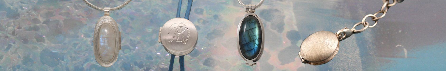 Een zilveren medaillon met maansteen, een zilveren medaillon met een monogram, een zilveren medaillon met een ovale Labradoriet en een ijsmatte zilveren medaillon.