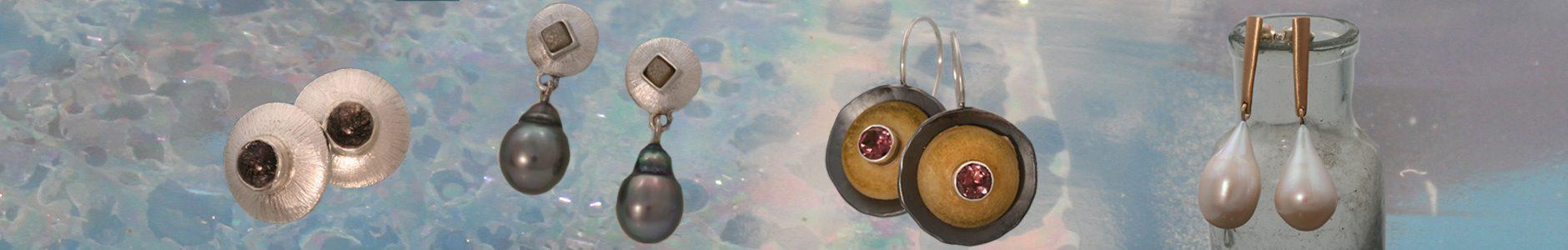 Zilveren oorknoppen met toermalijnkwartsen, zilveren oorhangers met ongeslepen diamanten en Tahiti parels, oorhangers met schijfjes been en roze toermalijnen, geelgouden oorhangers met roomwitte pareldruppels.