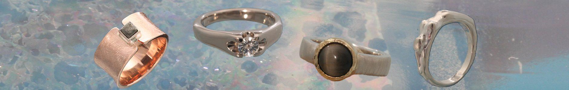 Een brede roodgouden ring met een ongeslepen diamant, een witgouden ring met een ice-flower geslepen diamant, een zilveren ring met een geelgouden zetkast met een kwartskattenoog en een ring in de vorm van een liggende vrouwfiguur.