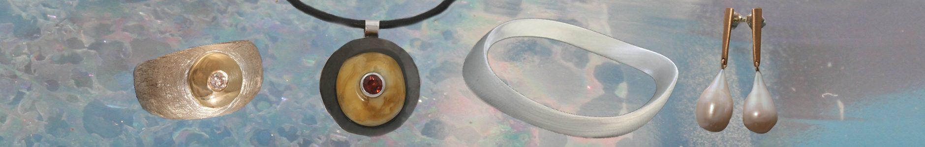 """Een ijsmatte kogelring met een geelgouden schijf en een briljant, een gezwarte zilveren hanger met barnsteen en roze toermalijn, armband """"getijden""""en geelgouden oorhangers met druppelvormige parels"""